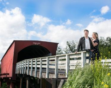 Viktoria Tocca och Daniel Sjoberg på Roseman Bridge Iowa Fotograf Jennifer Black