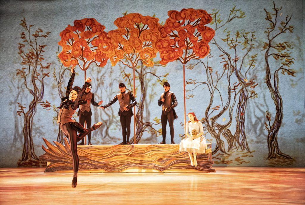 Snedronningen Jennifer Wagstaffe som Kragedamen og Laurie Nielsen som Gerda sammen med tre Herrekrager i Kragescenen@Per Morten Abrahamsen